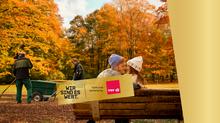 Motivbild Frau und Mann auf Parkbank im Hintergrund Mitarbeiterinnen Grünflächenamt. Wort-Bildmarke: Wir sind es wert.
