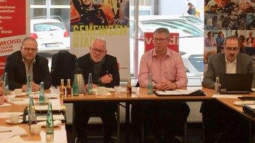 ver.di im Gespräch mit Wolfgang Hellmich (MdB). Abgebildet sind Wolgang Hellmich, der Gewerkschaftssekretär Thorsten Hautmann sowie die ver.di - Vertrauensleute Wilfried Münning und Theo Quodt.