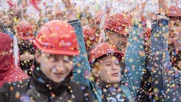 ver.di - Beschäftigte während des Warnstreiks im Konfetti-Regen