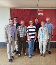 Mehrere Personen vor einer SPD-Fotowand.