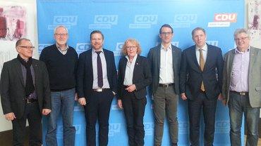 MItglieder des ver.di Arbeitskreis BLB NRW und Jochen Klenner MdL vor der Fotowand der CDU.