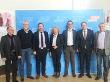 Die Mitglieder des ver.di AK BLB NRW und Jochen Klenner MdL vor der Fotowand der CDU
