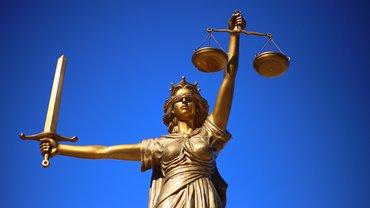 Die Statue Justizia vor blauem Himmel