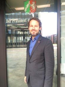 Nils Kammradt vor dem Landtag NRW