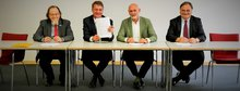 Bei der Unterzeichnung der Tarifeinigung. Von links nach rechts: Wolfgang Pieper, ver.di-Bundesvorstand; Gunther Adler, Die Autobahn GmbH des Bundes; Volker Geyer, dbb-Bundesleitung; Martin Friewald, Die Autobahn GmbH des Bundes.