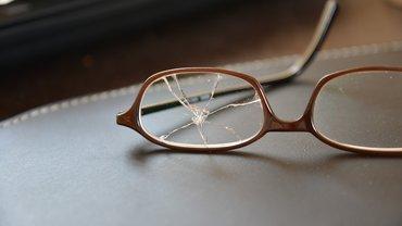 Eine beschädigte Brille