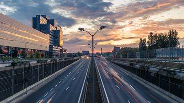 Autobahn führt durch eine Stadt, im Morgenlicht.