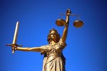 Justicia vor blauem Himmel.