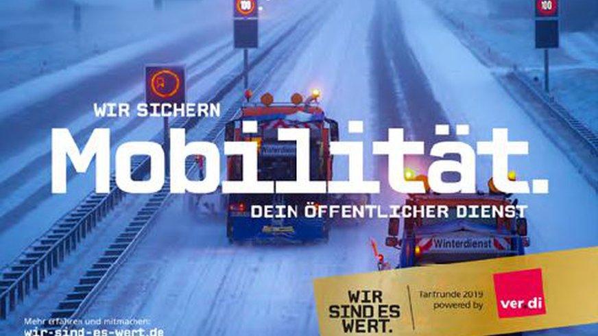 Ein Fahrzeug räumt in der Dunkelheit Schnee von der Autobahn