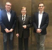 Sprecher des ver.di-AK Gerichtsvollzieher, Jens Schwerdfeger, Justizminister Peter Biesenbach und ver.di-Landesfachbereichsleiter Dirk Hansen