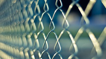 Ein von der Seite fotografierter Zaun