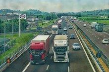 LKW fahren auf einer Autobahn.