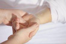 Zwei Hände halten schützend eine Hand