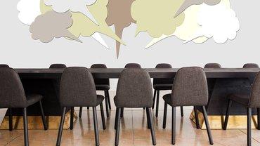 Ein Tisch mit Stühlen und Sprechblasen