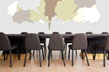 Ein Tisch mit Stühlen darum und Sprechblasen