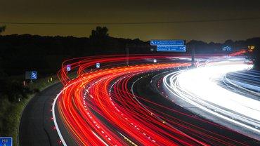 Eine Autobahn bei Nacht