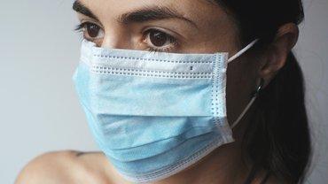 Eine Frau trägt einen Mund-Nasen-Schutz