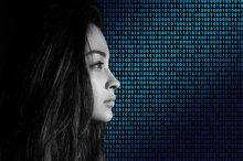 Das Bild einer Frau vor einer binären Code-Leinwand