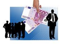 Zwei Fünfhundert-Euro-Scheine und eine Gruppe Beschäftigter.