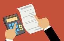 Die Ilustration einer Person, die mit dem Taschenrechner eine Bilanz prüft.