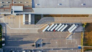 Eine Fabrikhalle aus der Vogelperspektive
