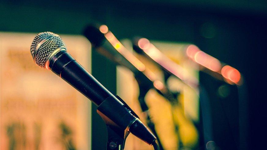 Eine Reihe aufgestellter Mikrophone