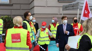 JM Biesenbach bei der Übergabe der Protest-Postkarten.